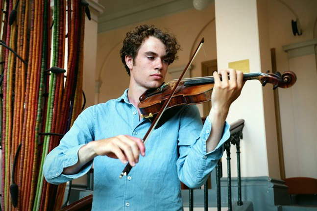 Albert Sahlström spelar på en violin som är lånad från Finlandssvenska instrumentfonden. Violinen tillverkades av Georges Chanot på 1840-talet.