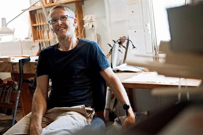 Leif Kronqvist har byggt närmare 60 fioler i sin lilla verkstad.