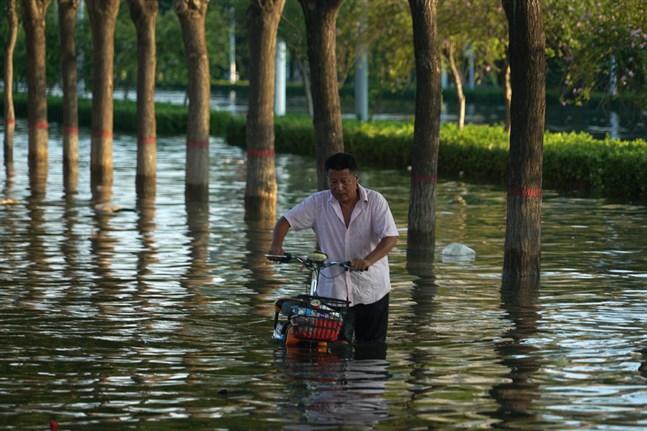 Utländska journalister som bevakar översvämningar i Kina hotas. På bilden från översvämningarna i Zhengzhou förra veckan.