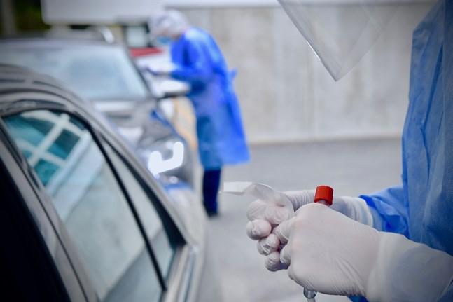 Den nationella incidensen är nu över 100. Bilden från ett coronatest via drive-in.