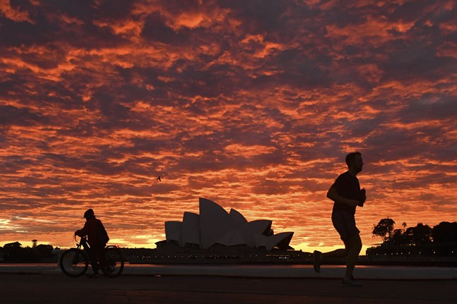 Sydneys berömda Operahus i gryningen. Stadens invånare får endast röra sig utomhus för att motionera eller utföra nödvändiga ärenden.