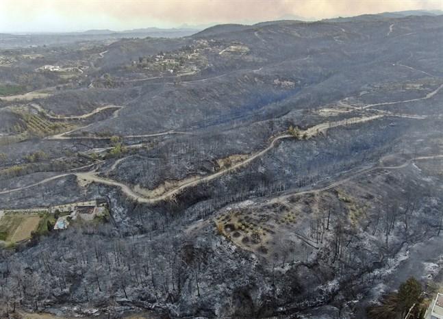 Skogsbranden rasar nära staden Manavgat i provinsen Antalya i Turkiet.