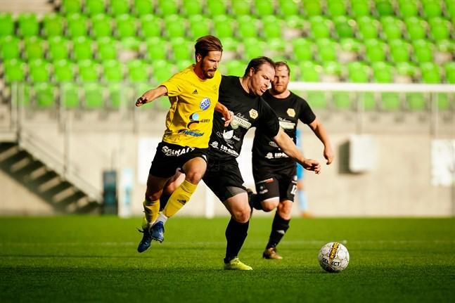 FC Kiistos Amadeus Ekman glider förbi Sääropotkus Lawrence Smith.