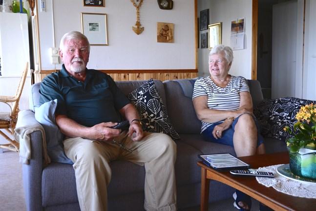 Gustav och Gertrud Smulter tittar en hel del på Yles kanaler, och i sommar har det varit problem med mottagningen på sommarstugan i Töjby.