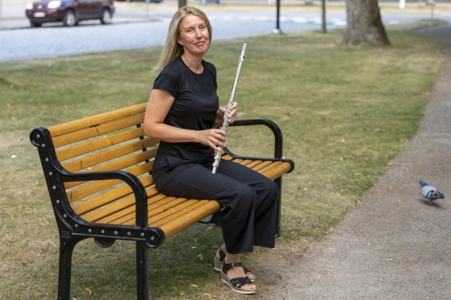 Flöjtisten Sara Hammarström uppträder på flera festspelskonserter bland annat i Trefaldighetskyrkan i kväll och i Replot kyrka på lördag.