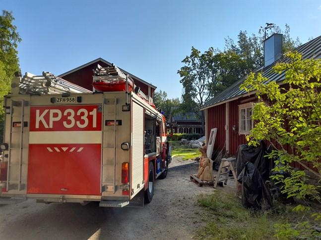 Lite för nio på torsdagsmorgonen kom ett larm om en brand på Klockarvägen i Nedervetil.