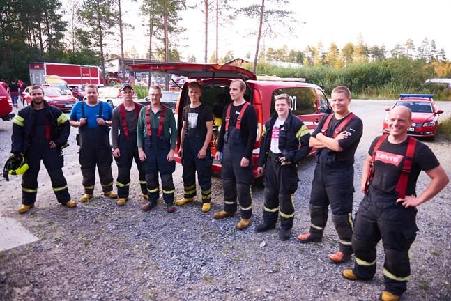 Tobias Forsman, Josua Forsblom, Oskar Eklund, Tom Södö, Ivar Björkell, Samuel Södö, Mårten Kung, Matteus Forsblom och Mikael Pettersson är ute och arbetar med lågorna under natten.