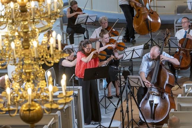 Violinisten Malin Broman, och den eminenta basisten Rick Stotijn, ställdes mot varandra i spännande och humoristiska dialoger i Piazzollas eldiga argentinska tangorytmer.