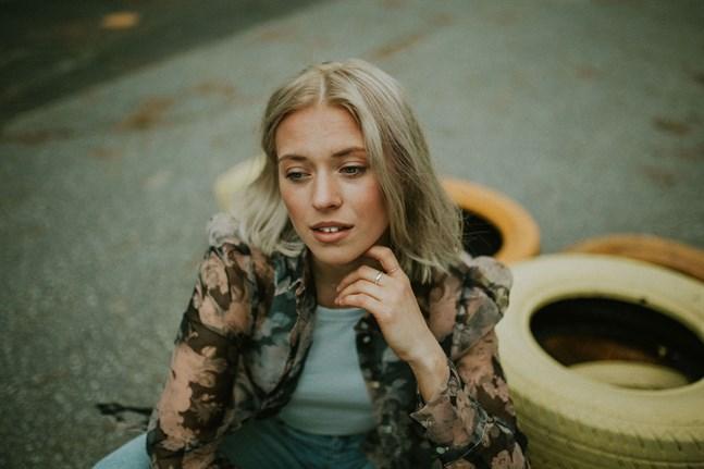 """Alva Nygård, som ger ut musik under artistnamnet Alva Elle, är aktuell med singeln """"I miss""""."""