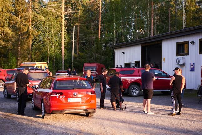 Brandmän från olika orter deltar i släckningsarbetet i Kalajoki. Här gör sig ett gäng redo för nattskiftet på torsdagskvällen.