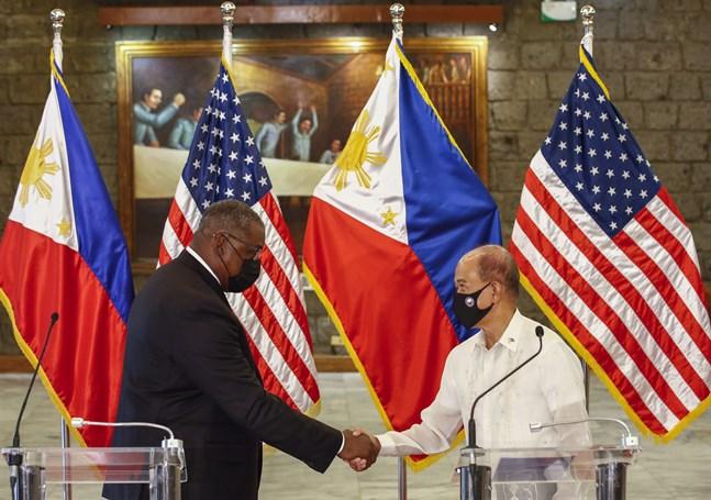 USA:s försvarsminister Lloyd Austin skakar hand med Filippinernas försvarsminister Delfin Lorenzana efter deras möte i Manila.