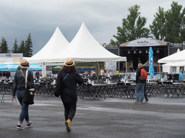 Vädret var inte på vinfestivalens sida på fredag kväll.