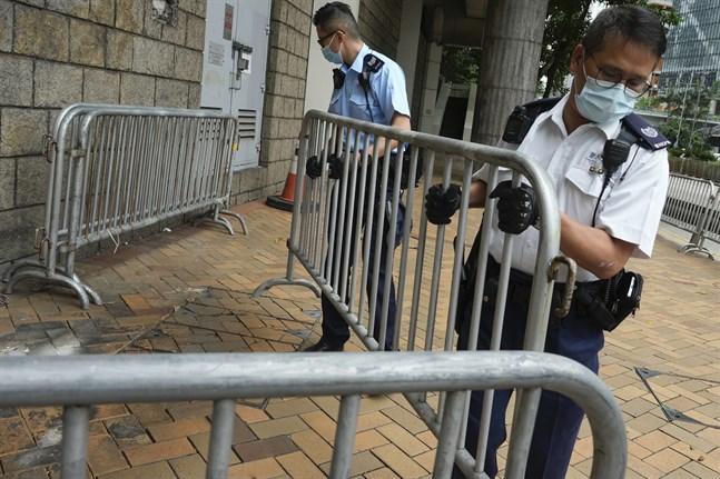 Polisen förbereder sig för Tong Ying-Kits ankomst till domstolen på fredagen.