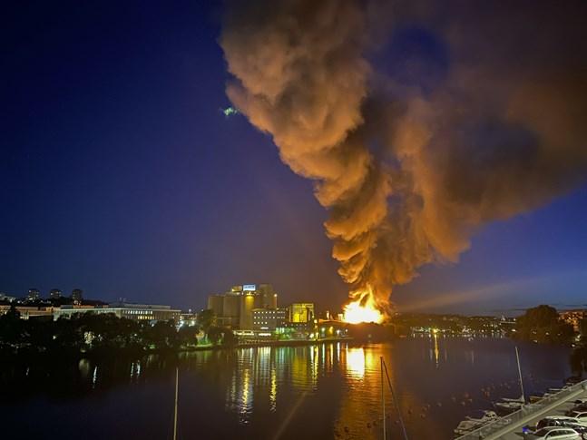 Röken från den kraftiga branden på Liljeholmen spreds över stora delar av Stockholm under natten och många kände röklukten i sina bostäder. I ett meddelande till allmänheten uppmanades alla i närheten att gå inomhus, stänga dörrar, fönster och ventilation.