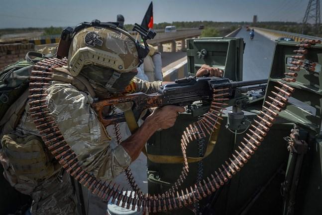 En afghansk regeringssoldat bevakar FN-kontoret i Herat på lördagen.
