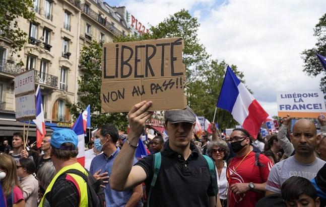 Stora protester mot kraven på vaccinpass har hållits runt om i Frankrike för tredje lördagen i rad.