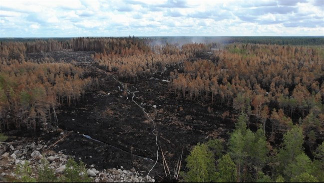 Den förödande branden lämnar tydliga spår efter sig.
