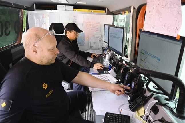 Petri Lehkonen, chef för räddningskompaniet, och lägeschefen Matti Lehtinen leder brandbekämpningen på lördagen.