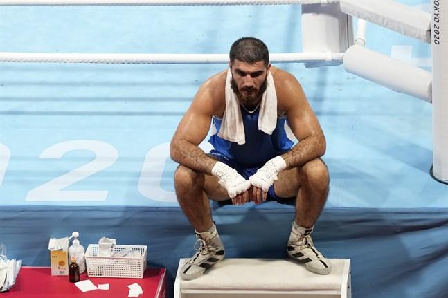 Mourad Aliev vägrade lämna ringen efter att ha blivit diskad i sin match