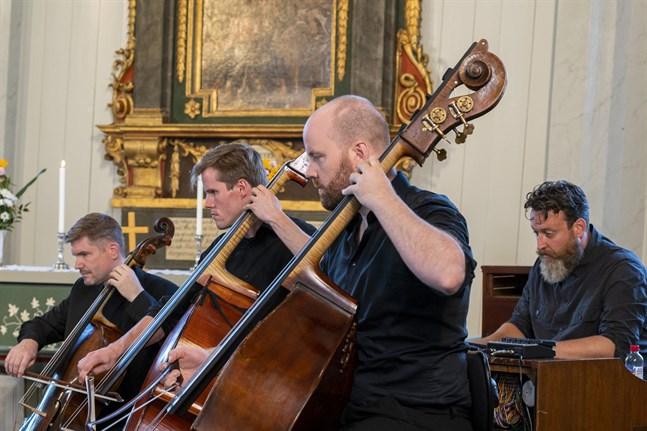 Basisterna Pontus Grans (i mitten) och Rick Stotijn plockade fram den substans som finns i den amerikanske tonsättaren Dave Andersons verk. Till vänster cellisten Thomas Schmitz, i bakgrunden hammondorganisten Sven Figee.