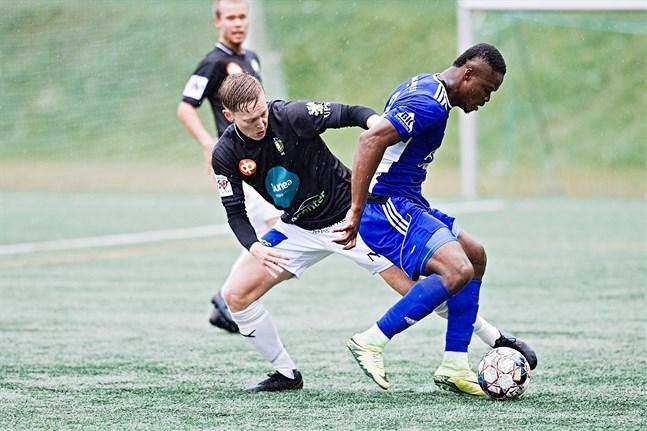 Emmanuel Igboeri var som vanligt ett ständigt gissel för JBK:s försvar.