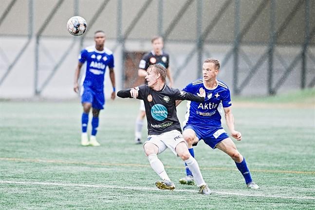 Roni Björkskog gjorde JBK:s mål. Här spelade han sin första seriematch från start mot Viktor Villförs VIFK den 2 augusti.