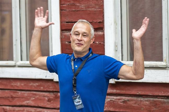 """Barytonen Gabriel Suovanen hann spela två föreställningar av kammaroperan """"Ringen"""" i Stockholm innan pandemin stängde allt. Nu gläds han över att österbottningarna får chansen att se det nyskrivna verket."""