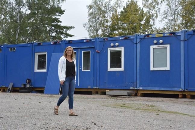 Kommande läsår får elever och personal vid Pjelax skola slippa den värsta trångboddheten när barackerna är på plats. Skolans rektor Mona-Lisa Göthelid är nöjd med den tillfälliga lösningen.