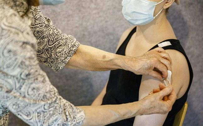 Coronagruppen i Södra Österbotten uppmanar unga att låta vaccinera sig. De som smittats den senaste tiden, har i huvudsak varit människor under 29 år som inte fått något vaccin alls mot coronaviruset.