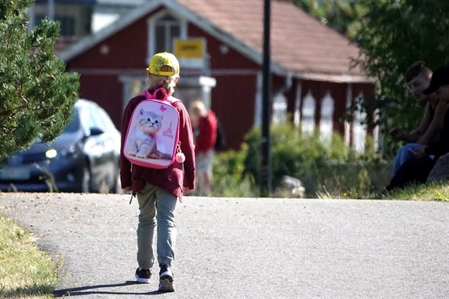 För att nå alla undervisningsmål behöver barnen få ta del av undervisningen på plats i skolorna, anser barnombudsmannen.