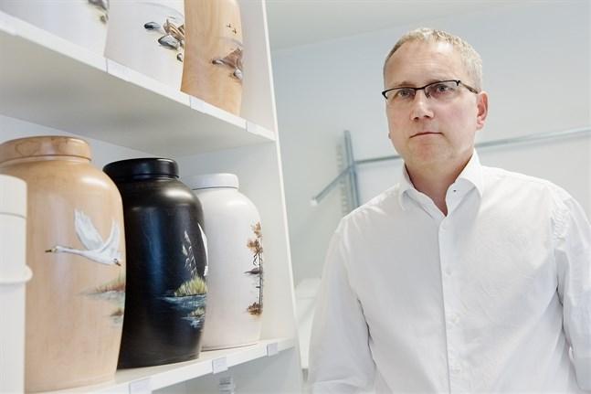 Begravningsentreprenör Erik Johansson i Jakobstad ställer sig frågande till arrangemangen kring det nya krematoriet i Karleby. En del saker känns osmidiga, menar han.