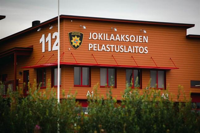 Räddningsverket Jokilaaksojen pelastuslaitos leder släckningsarbetet i Kalajoki, men har under den senaste veckan fått förstärkning från alla räddningsverk i Finland.