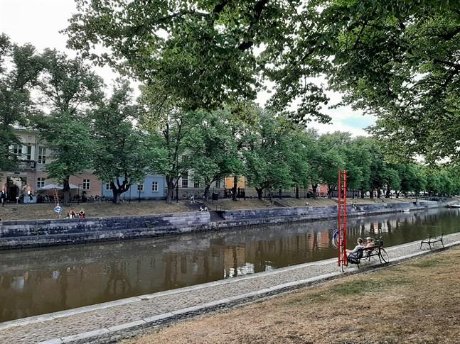 Aura ås stränder i Åbo är en av platserna där coronaviruset sprids bland unga, säger överläkare Esa Rintala vid ÅUCS.