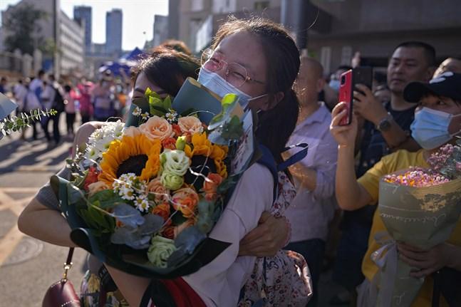 En student i Kina får blommor efter att ha skrivit klart det nationella inträdesprovet gaokao som är avgörande för att komma in på universitetsutbildning – ett prov som många i Kina börjar plugga till redan som barn. Arkivbild.