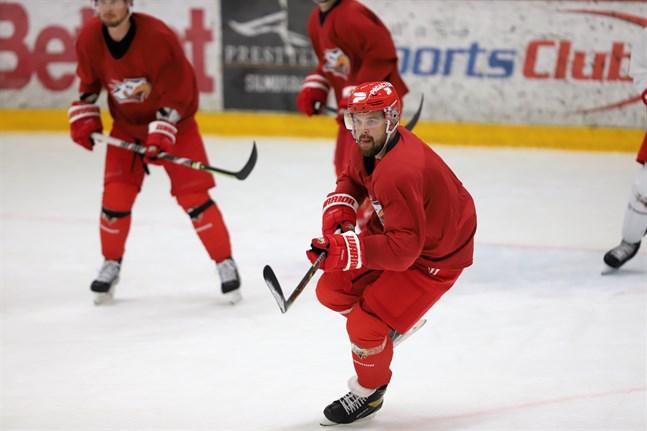 Anfallaren Axel Holmström har spelat i junior-VM, SHL och AHL – men aldrig i Finland. Det blir en ny erfarenhet.