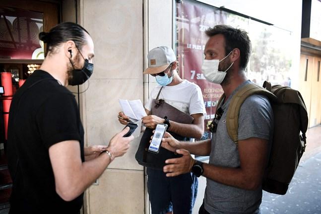 Besökare vid biografen Grand Rex Cinema i Paris blir kontrollerade före de kan gå in. Sedan den 21 juli krävs det vaccination eller ett negativt test för att gå på bio i Frankrike.