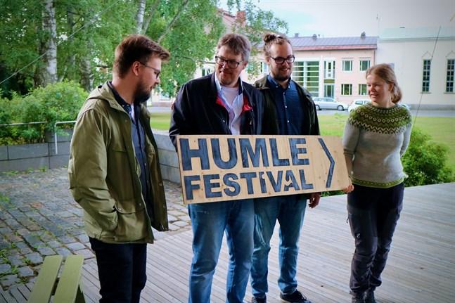 Peter Sjöblom (andra från vänster) gläds över att Sebastian Sundqvist, Hannes Sjöblom, Sara Sundqvist och andra yngre förmågor vill överta planeringen av Humlefestivalen.