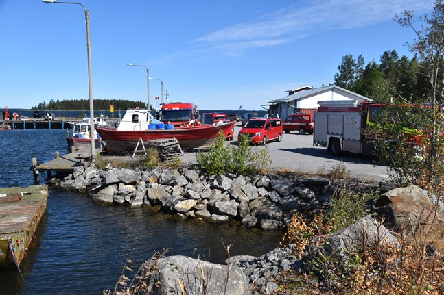 Räddningsenheter på plats på Fjärdskär vid Replotbron.