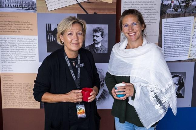 Verksamhetsledaren Monica Johnson, till vänster, och festspelens konstnärliga ledare Cecilia Zilliacus. Bilden togs på festivalen för två år sedan.