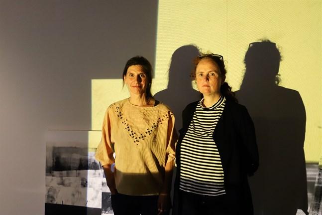 """Sarah Schipschack, till vänster, och Britt Al-Busultan har planerat programmet för Filmverkstadens jubileumsfestival. Här står de i skenet av konstnären Natalia Koziels installation, som är en del av utställningen """"När ljuset träffar precis rätt"""" i Vasa konsthall."""