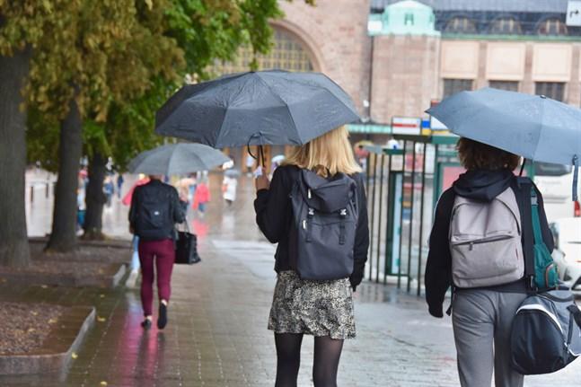Paraplyer och regnjackor förutspås behövas under det kommande veckoslutet.