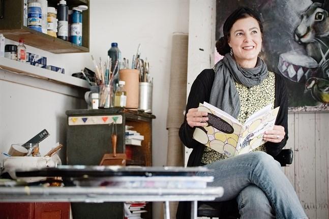 Tanja Aumanen, bildkonstnär och lärare vid YA, är aktuell med en ABC-bok för barn.