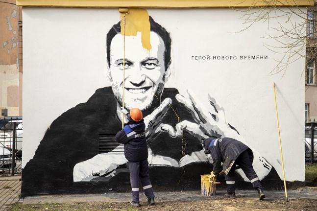 Ett porträtt av Aleksej Navalnyj i Sankt Petersburg målas över. En domstol har nu avvisat hans överklagan. Arkivbild.