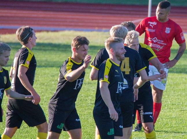 Carl Strang (mitten) gjorde NIK:s tröstmål i mötet med Korsnäs FF. Här firar han och lagkamraterna ett mål för NIK mot Sporting tidigare under säsongen.