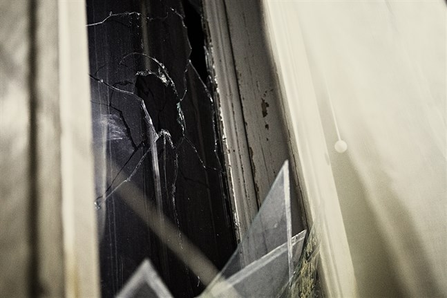 Så gott som alla fönster i huset är skadade. De ska rensas på glasskärvor, numreras, plockas ut och föras till en affär för utvärdering av vad det skulle kosta att restaurera dem.