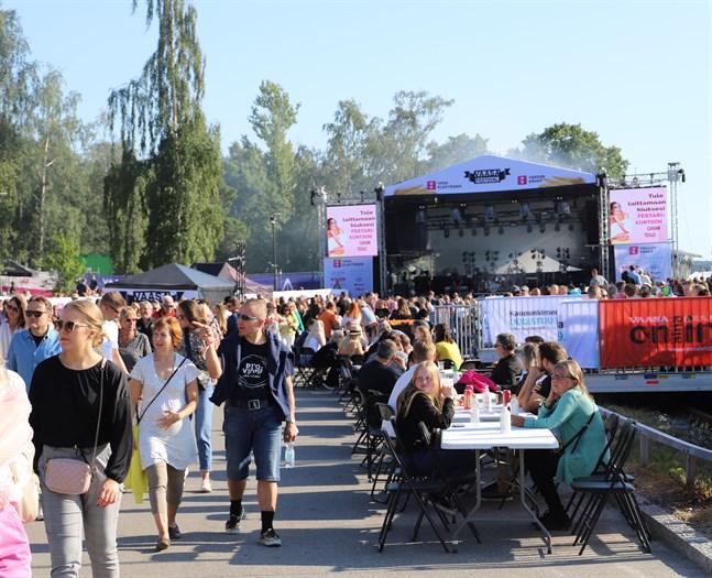Nu är Vasa Festival i full gång. – Det har varit jättebra hittills. Det är roligt att få gå på konsert och att se så många personer samtidigt som sjunger och dansar, säger Sofia Kullas.