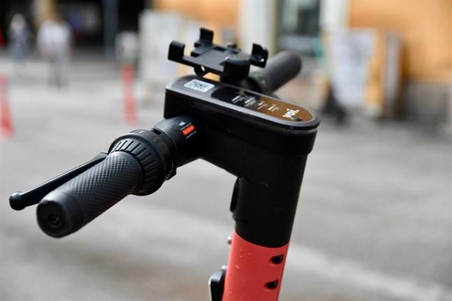 Minister Timo Harakka säger till Helsingin Sanomat att bolagen som hyr ut elsparkcyklar tillsammans kunde diskutera ytterligare begränsningar i uthyrningen på helgnätter. Han säger att även städerna har möjligheter att begränsa trafiken.