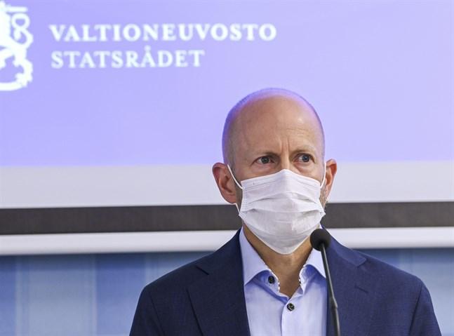Överläkare Otto Helve från Institutet för hälsa och välfärd på torsdagens presskonferens.