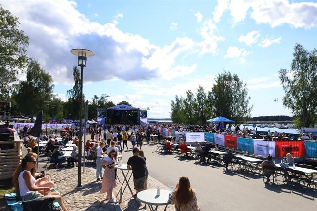 Området på Vasa Festival fylls allt eftersom på fler besökare.