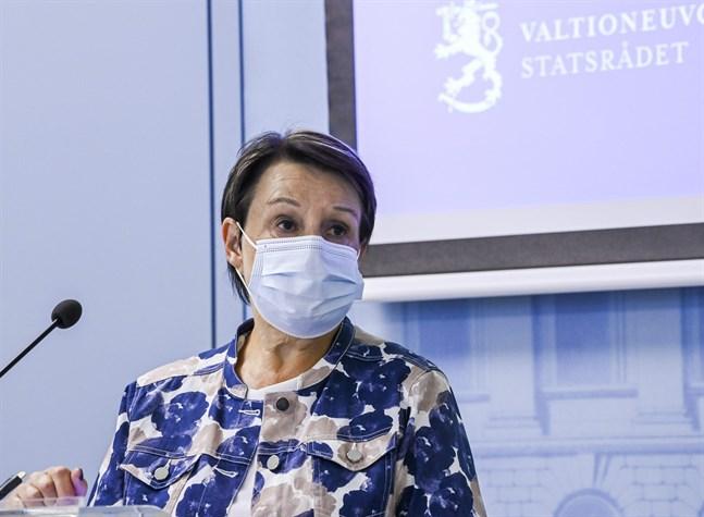 Kirsi Varhila, kanslichef på Social- och hälsovårdsministeriet, på torsdagens presskonferens.